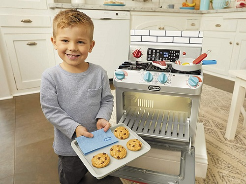 hot toys 2020 little boy taking fake cookies out of fake oven