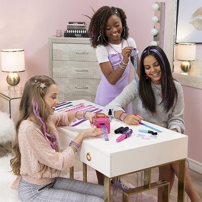 hot toys 2020 3 girls making hair extensions and smiling