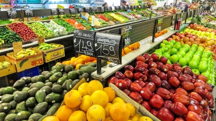 organic vs conventional food fruit stand